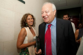 Erika con Miguel Ángel Moratinos. Foto: Ramón de la Rocha